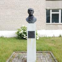 Бюст И.Домейко, установленный перед зданием школы