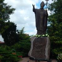 Скульптура папы Римского Иоанна Павла II (во дворе костёла)