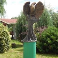 Скульптура орла (во дворе костёла)