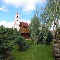 Фрагмент прихрамового двора с видом колокольни костёла