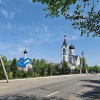 Покровская и Воскресенская церкви на Центральной улице в Толстопальцеве