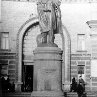 Памятник Т.Г.Шевченко на привокзальной площади,перед центральным входом в здание  южного вокзала ст.им.Шевченко,60-е года.