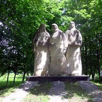 Памятник односельчанам не вернувшихся с войны.Погибло  203 воина.Памятник в виде скульптур троих женщин ожидающих своих родных с войны.У одной в руках будёновка, вторая держит  солдатскую шапку,у третьей в руках каска.