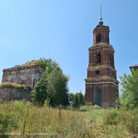 Никольская церкрвь (слева) в Торчино