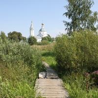 Мостик через р. Уечка, Вид на Никольскую церковь  Никольского женского монастыря