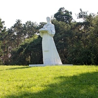Скульптура на выезде из города в сторону Любани