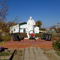 Мемориал ВОВ, братская могила воинов,погибших при освобождении станицы в январе 1943 года.