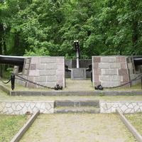 Памятник в честь основания Сестрорецкого оружейного завода.
