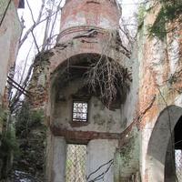 урочище Наумово, остатки одного из приделов Преображенской церкви с барабаном малого купола, весна 2