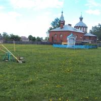 детская площадка,сзади церковь)