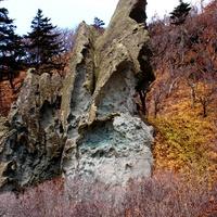 Скалы на берегу моря у мыса Столбчатый