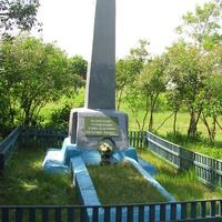 Братская могила на территории бывшей школы-интерната.