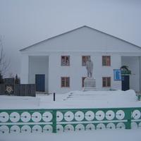 Дом культуры. Памятник павшим в Великую Отечественную войну. И вечно живой Владимир Ильич
