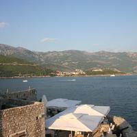 Вид на море со старого города на новостройку