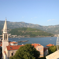 Колокольня церкви Святого Ивана и дорога в горах