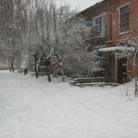 Двор в снегу.