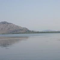 Скадарское озеро. На противоположном берегу - монастырь.