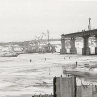 Строящийся мост через реку Волга (1983-86г.) в эксплуатацию введен в 1986г.