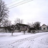 Дом перед автобусной остановкой (справа за кадром памятник вождю всех пролетариев)