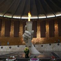 Вечный огонь и имена погибших на мозаичных стенах