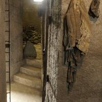 Внутри памятника Маски Скорби