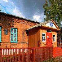 Старинное здание школы в селе Гуево