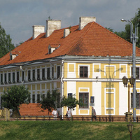 Жёлтый дом, оранжевая крыша.
