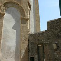Вход на задний двор собора