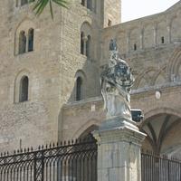 Скульптура у собора