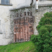 Скульптурная композиция у стены замка