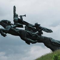 Памятник бойцам Первой конной армии Буденного (открыт 21 декабря 1975 года)