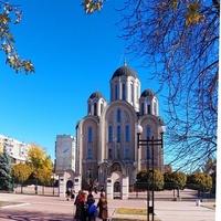 Верующие у церкви