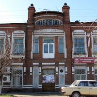 Двухэтажное кирпичное здание