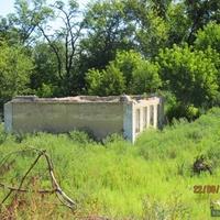 Разрушенный дом у источников