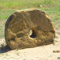 Каменные диски, сделанные из известняка с отверстием посередине