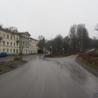 На право дорога в Шуваловский парк.