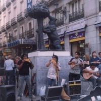Символ Мадрида- медведь и земляничное дерево.