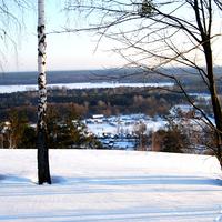 На горе над селом зимой