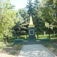 Памятник партизанам и войнам СА возле ДК Юнокоммунаровска.