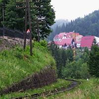 """Перегон Яремча - Микуличин, справа вид на турбазу """"Карпаты"""""""