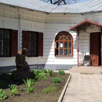 Во дворе районного музея