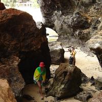Краби. Пещера на побережье.