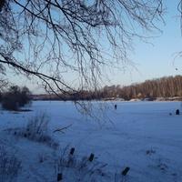 На льду Малаховского озера сидели рыбаки