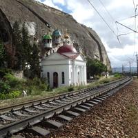 Инкерманский Свято-Климентовский монастырь, горы и железная дорога