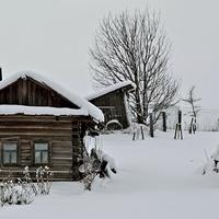 Малые Карелы. Старые постройки.