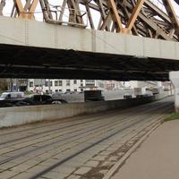 Трамвайные пути под мостом