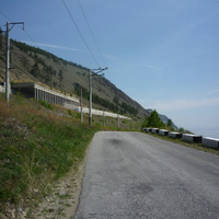 Слева – БАМ, справа – Байкал