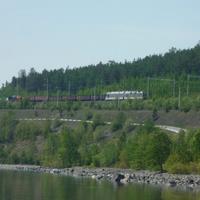 Байкал, горы и грузовой поезд, выехавший из Северобайкальска