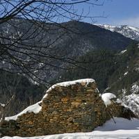 Старая стена в горах Ордино