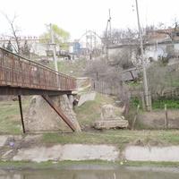 под мостом...  ОСКОЛОК ИСТОРИИ (бывший памятник Сталину )